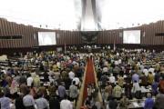 Anggota DPR Naik Podium, Pijati Pimpinan Sidang