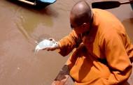 Ribuan Umat Budha Fang Shen Di Kali Surabaya