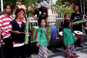Warga Ngamen Di Balai Kota Sambut Risma-Whisnu