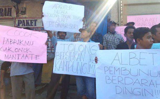 Warga Sukomanunggal Demo PT Sinar Suri