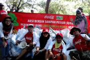 Coca Cola Amatil Bersihkan Sampah Pamurbaya