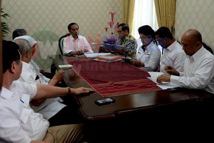 Berkantor Di OKI, Jokowi Rapat Soal Asap