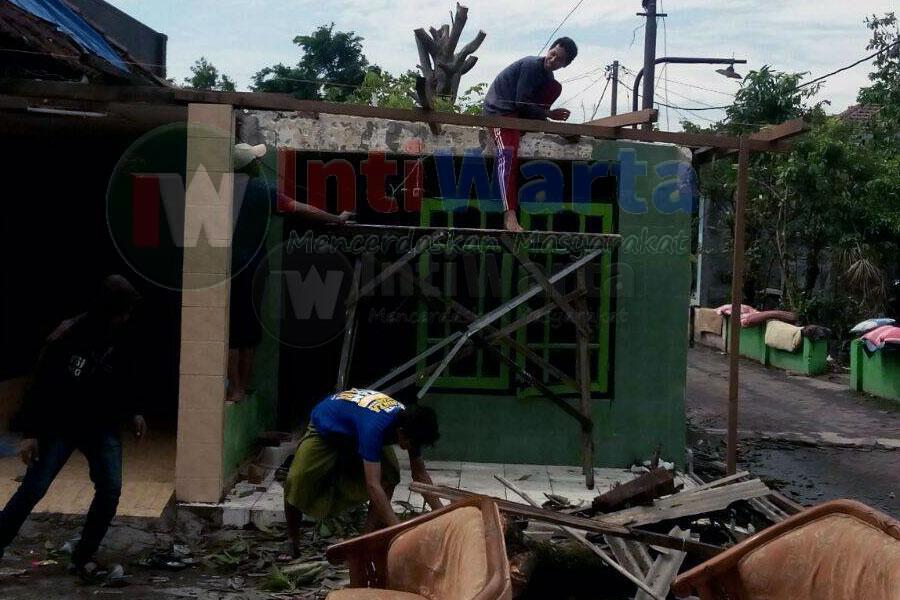 Puting Beliung Hancurkan Ratusan Rumah Di Sidoarjo