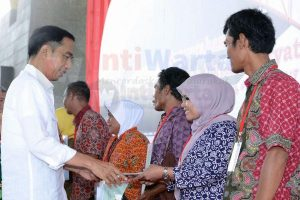 Jokowi menyerahkan 10.000 sertifikat tanah kepada warga se-Kabupaten Bandung di Dome Bale Rame, Soreang, Kabupaten Bandung, Jawa Barat, Senin (04/12/2017) pagi.